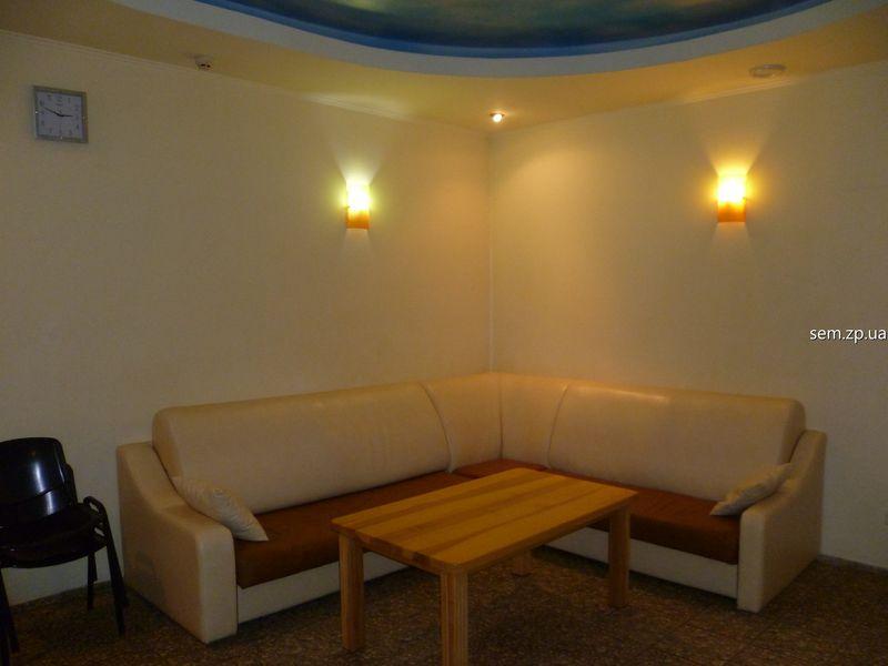 Комната отдыха с плазменным телевизором, диваном и столом